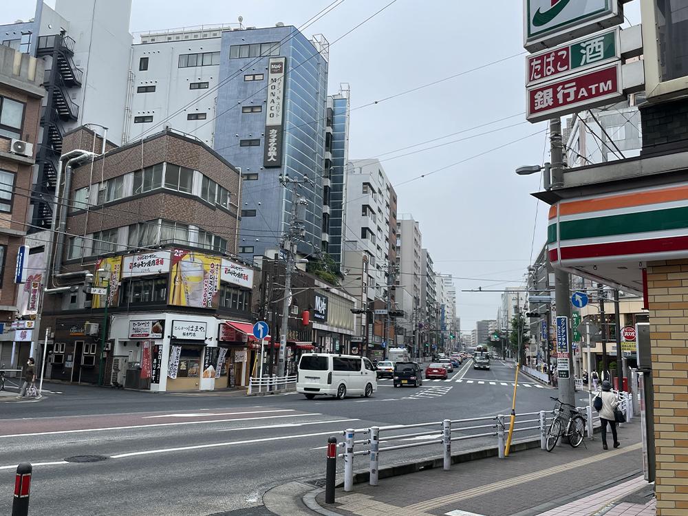 大通り沿いを歩きます